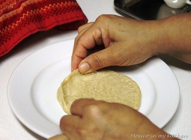Picadas al Estilo Veracruz, moldea la tortillas