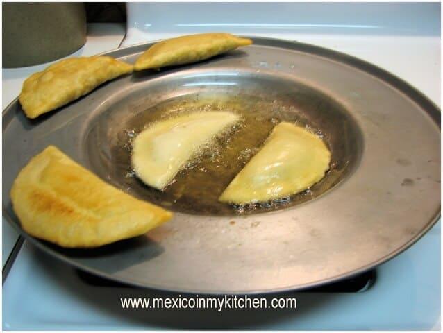 Empanadas de masa maíz, disfrútalas con la salsa de tu elección